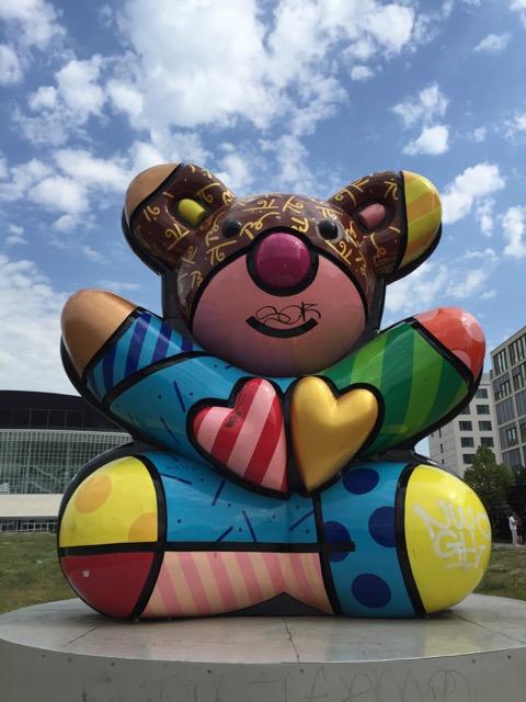 Ein bunter Bär in Berlin – ca. eine Stunde nach dem Kennenlernen von Ben und Dave